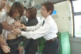 バスに乗車した女子校生の下着を剥ぎ取り愛撫すると…
