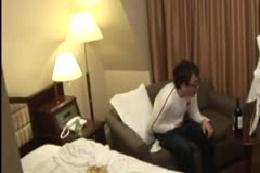 ホテルの女性従業員にセンズリ姿を見せ付ける