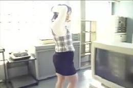【ダンス動画】OLさんのオフィスストリップ☆葉っぱでパイズリ…