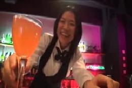 【ダンス動画】女バーテンダーのセクシーストリップ披露☆エロく…