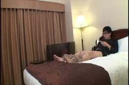 ベッドメイキングに来た女性従業員がセンズリを興味津々で見てき…