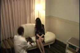 旦那に内緒でコスプレ撮影に応募してきた人妻さんは恥じらいのあ…