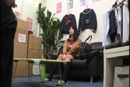 流出映像 ブルセラショップに下着を売りにやってきた女子校生に…
