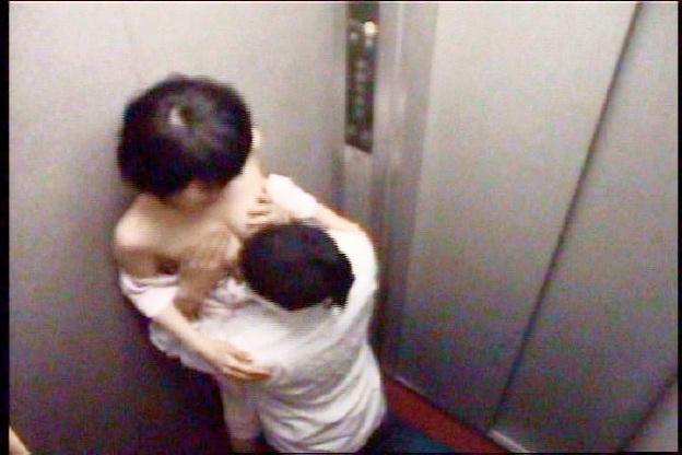 エレベーターで犯された看護婦たち・・・